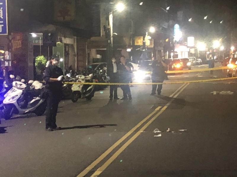 一名男子今天凌晨0時許,在新北市汐止區福德一路遭年輕槍手近距離槍擊倒地,警方封鎖現場採證,找到3顆彈殼。(記者林嘉東翻攝)