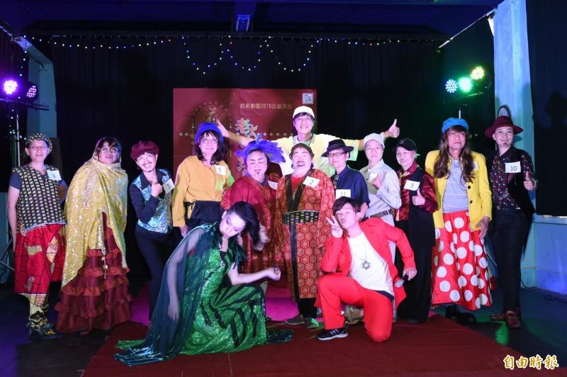 錄奇劇團在建軍跨域基地舉辦一場「老大人創意扮裝蝦趴」,邀長輩們一起扮裝同樂。(記者張忠義攝)