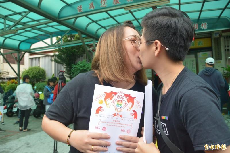 來自玉里鎮的女同性伴侶「小恩」和「小溫」,交往8年多,今天決定登記成為終身伴侶。(記者王峻祺攝)