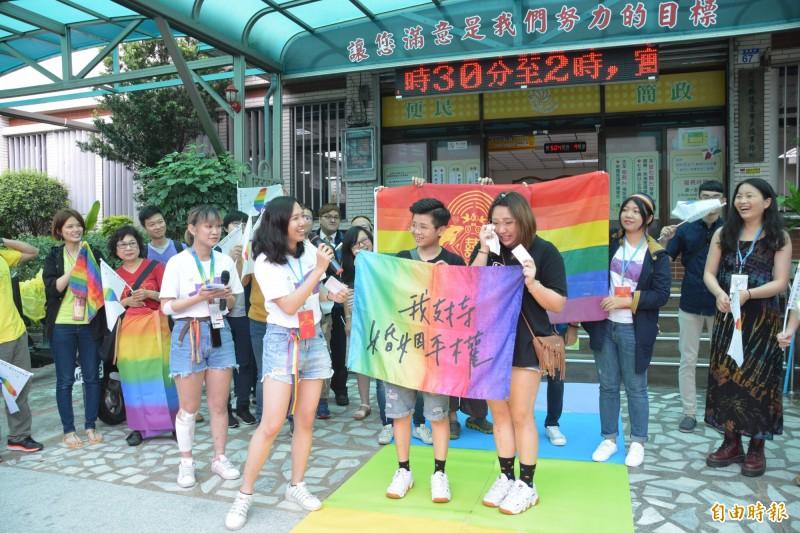 花蓮玉里鎮的女同性伴侶「小恩」和「小溫」,交往8年多今終於登記結婚,小恩感動落淚。(記者王峻祺攝)