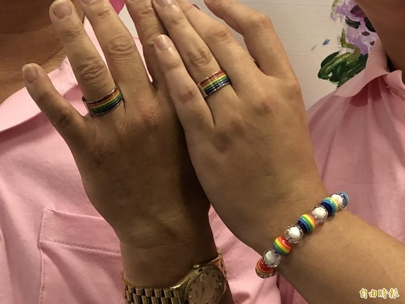 2人的彩虹婚戒。(記者羅欣貞攝)