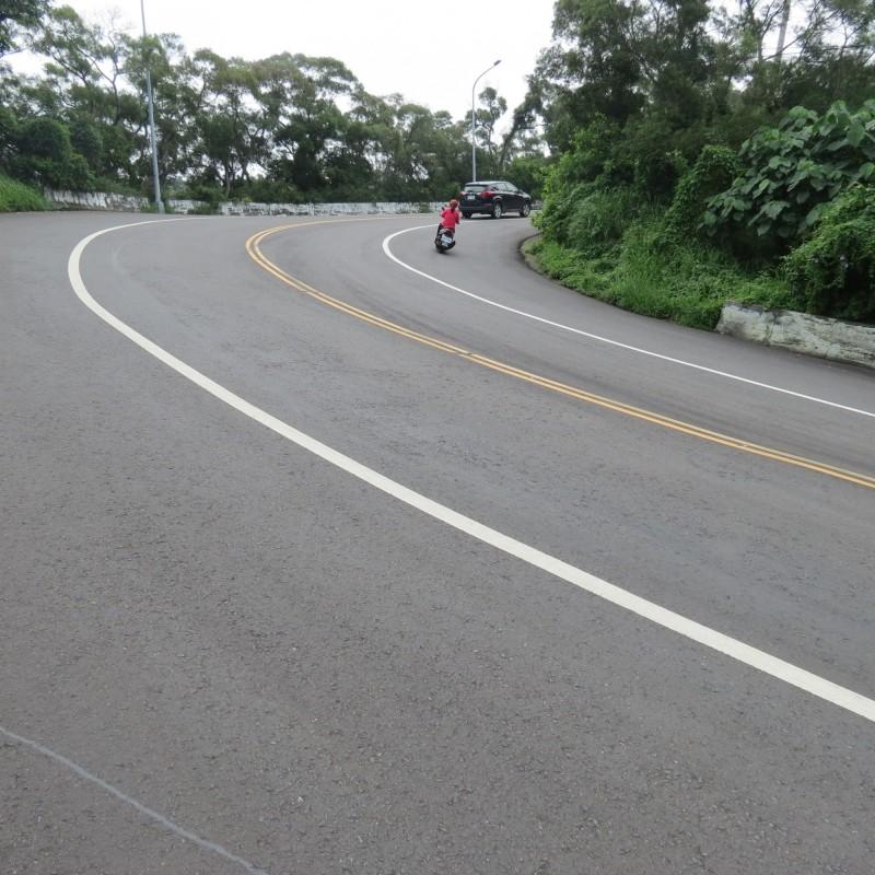 大肚華山路路寬多彎曲,是很多重型車機車喜歡的山路,最近還有人開車甩尾。(記者蘇金鳳攝)