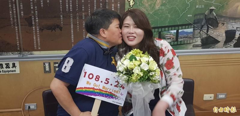 同婚登記首日 基隆愛情長跑14年情侶成合法伴侶