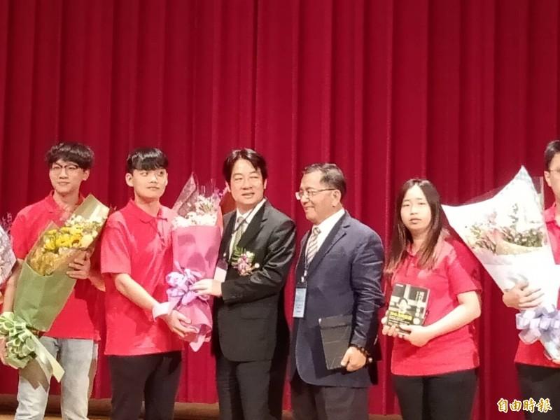賴清德今受邀到高雄科技大學演說,接受學生獻花。(記者蔡清華攝)