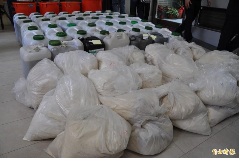 桃園市調查處破獲製毒工廠查扣大批K他命製毒原料。(記者周敏鴻攝)
