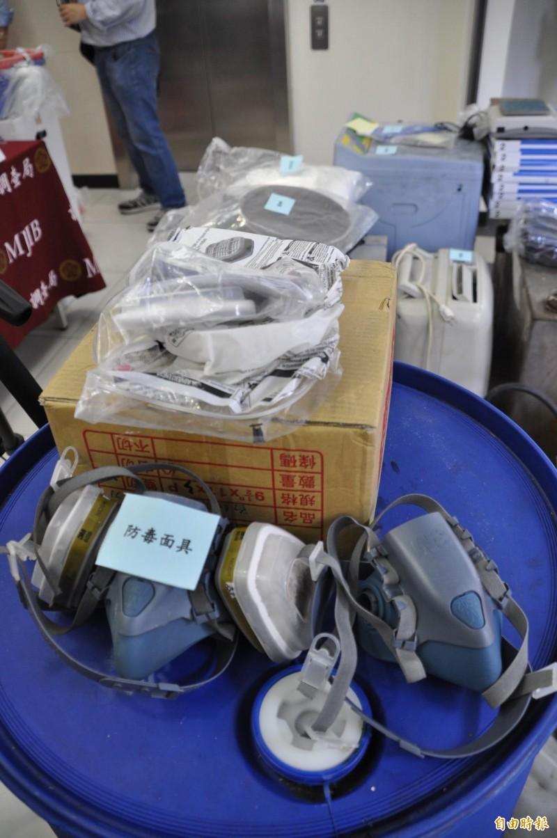 桃園市調查處破獲製毒工廠查扣張姓男子使用的防毒面具。(記者周敏鴻攝)