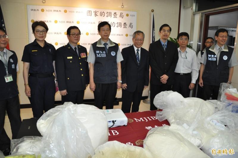 調查局長呂文忠(中)宣布偵破製毒工廠。(記者周敏鴻攝)