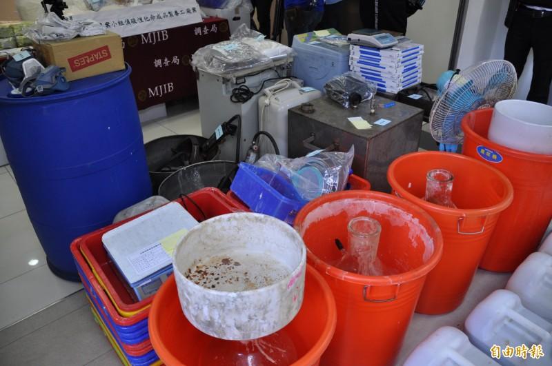 桃園市調查處破獲製毒工廠查扣製毒工具。(記者周敏鴻攝)