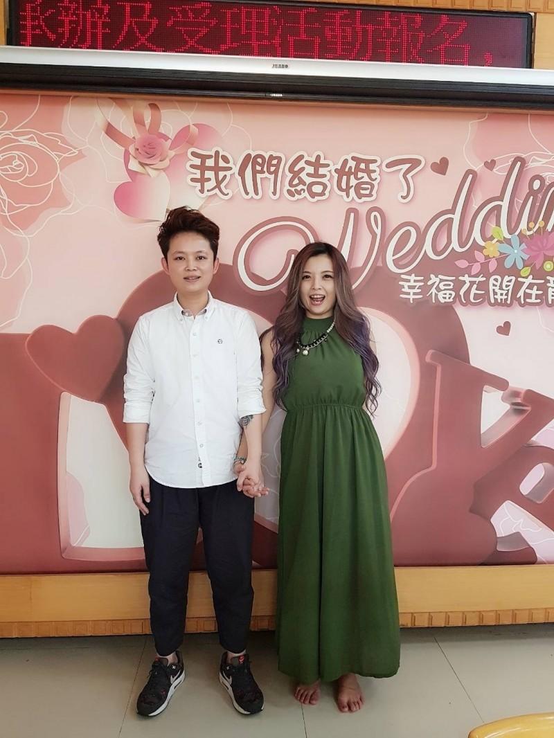 張小姐(右)與另一半李小姐(左)相戀九年,今天到龍井戶所登記結婚。(張小姐提供)