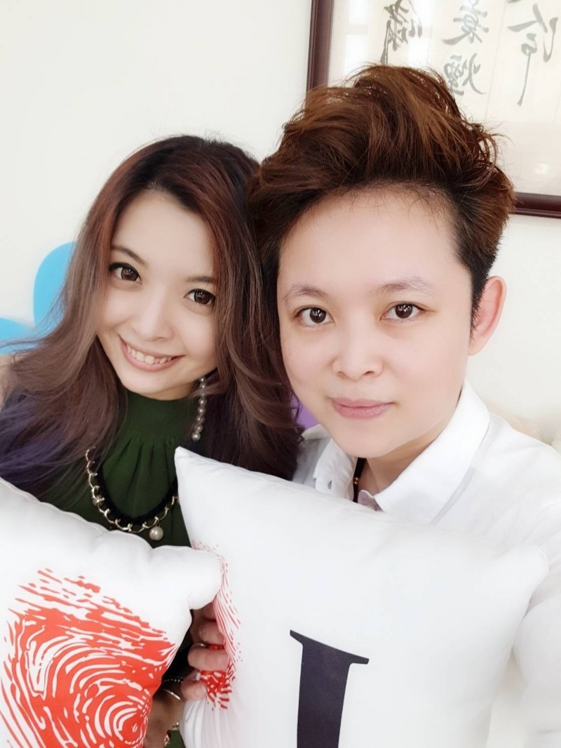 張小姐(左)與另一半李小姐(右)相戀9年,今天到龍井戶所登記結婚。(張小姐提供)