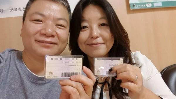 滷蛋、小娟12年前舉辦台灣第一對雙方父母都出席主婚的同志婚禮,在同婚登記首日終於登記了,在身分證配偶欄填上對方的名字。(記者蔡淑媛攝)