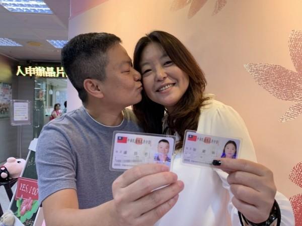 滷蛋、小娟舉行台灣第一場雙方父母都出席主婚的同志婚禮,婚後等了12年在同婚登記首日終於登記了。(記者蔡淑媛攝)