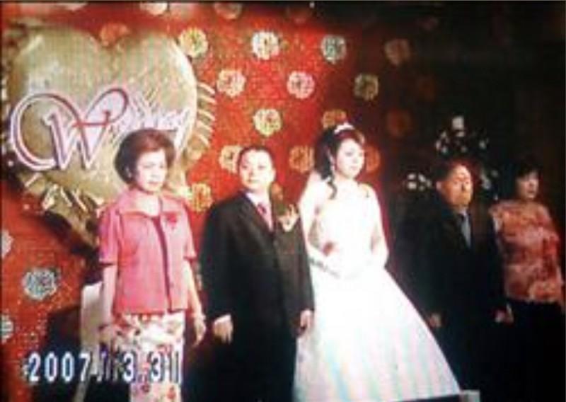 滷蛋、小娟12年前舉行台灣第一場雙方父母都出席主婚的同志婚禮。(記者蔡淑媛翻攝)