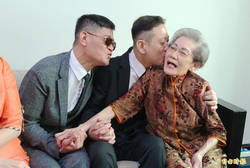 王富生(中)與媽媽感情好,王媽媽也把沈其祥(左)當第2個兒子看待(記者陳冠備攝)