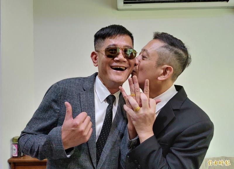 王富生(右)與沈其祥(左)戴上多年前王媽媽就贈送的金戒指送來參加結婚登記。(記者陳冠備攝)