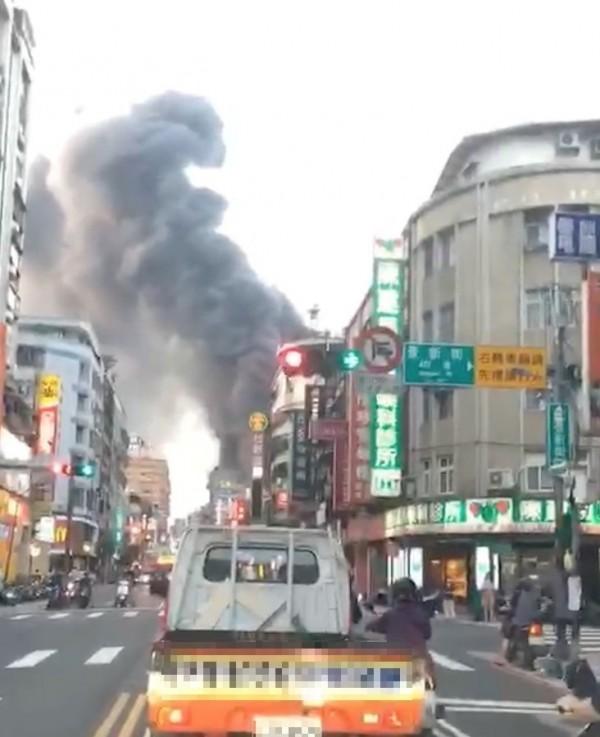 今下午6時許,中和區景新街355巷一處工地地下室起火,黑煙竄天。(記者陳薏云翻攝)