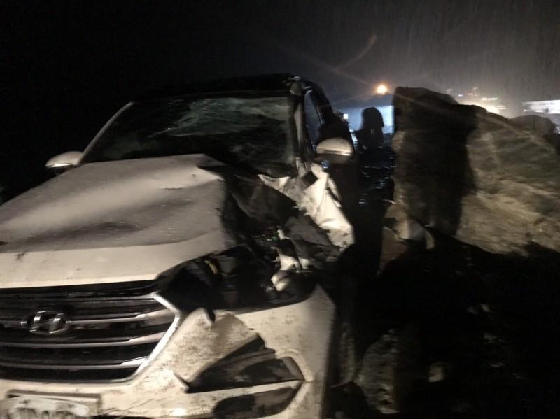 蘇花公路170公里處落石,砸中自小客車,目前交通阻斷。(記者王峻祺翻攝)