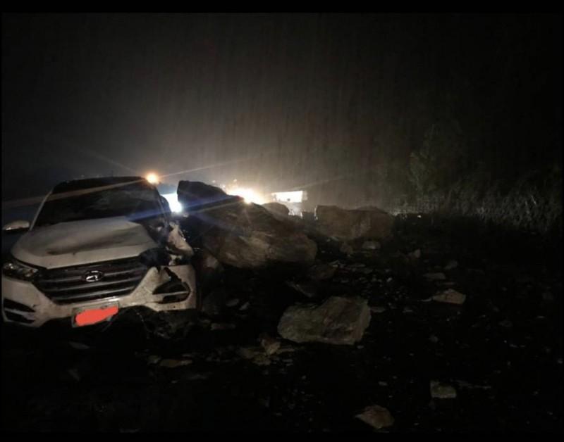 蘇花170公路今晚落石,砸中自小客車。(記者王峻祺翻攝)