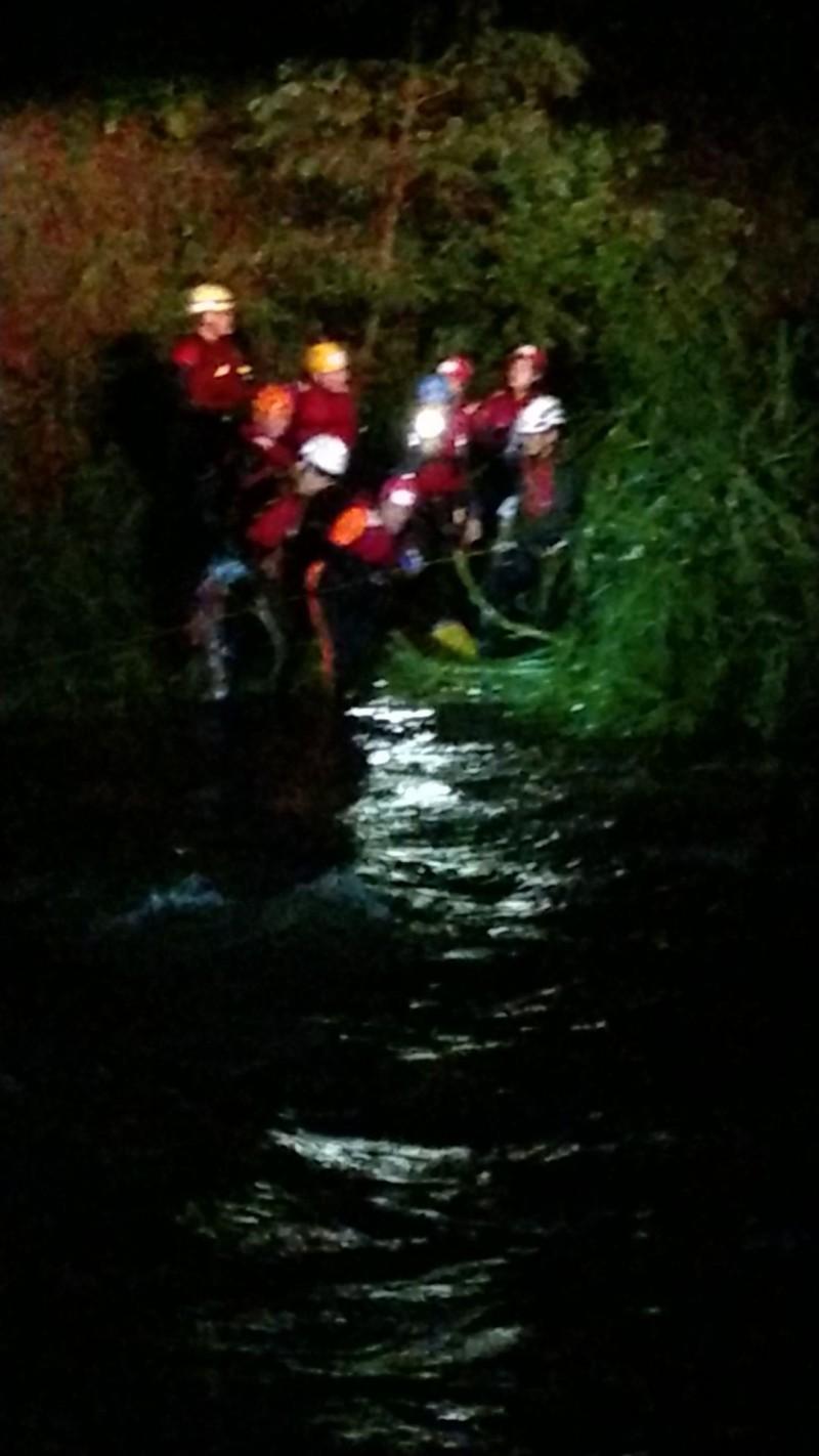 消防人員前往救援。(翻攝畫面)