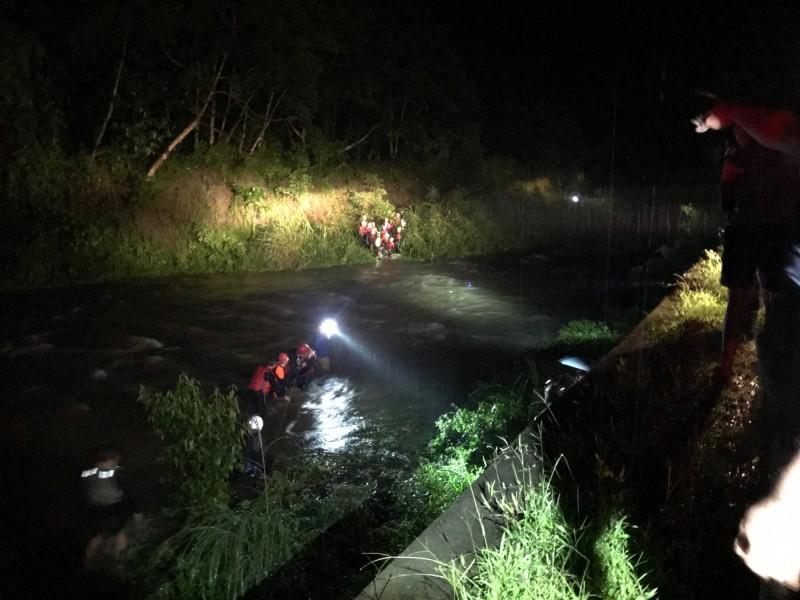 雨炸三地門鄉,溪水暴漲,37人受困海神宮,驚險渡河救援。(記者羅欣貞翻攝)