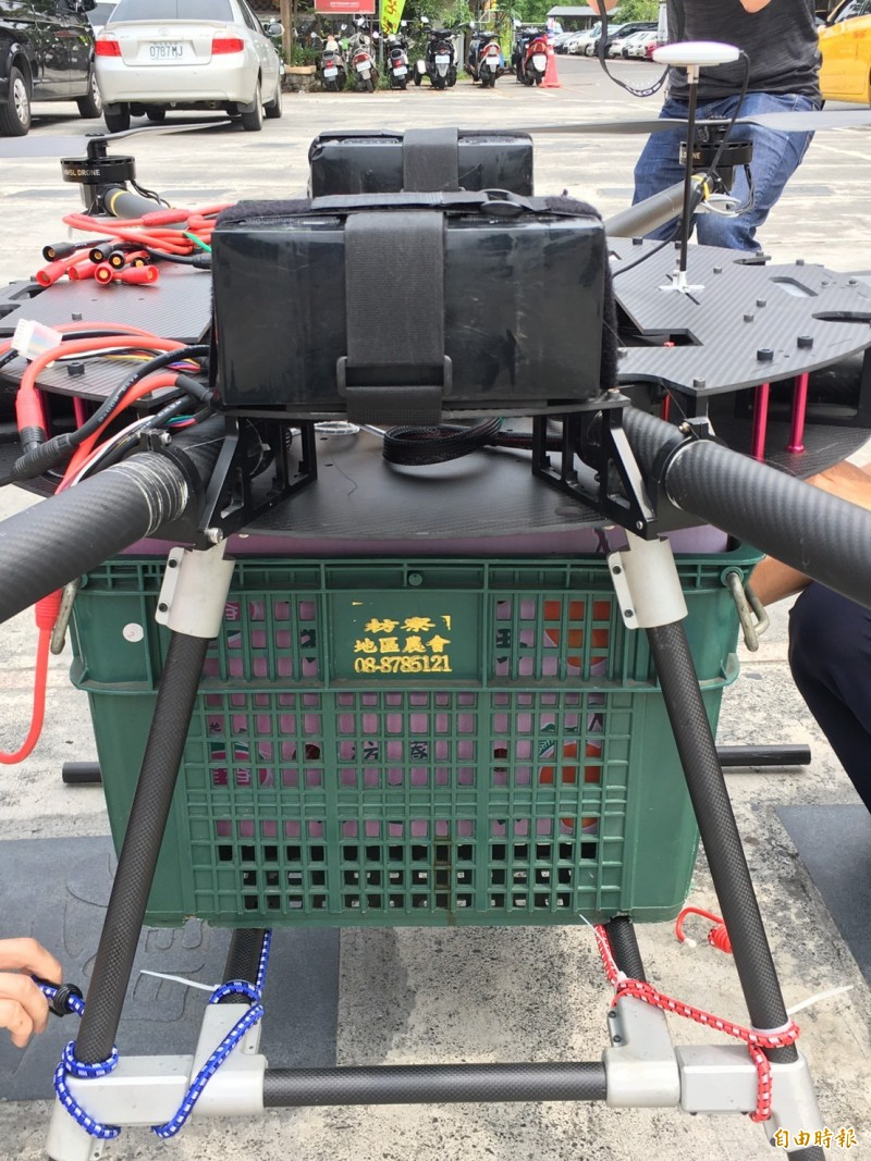 八軸多旋翼機一次可以載重40公斤的芒果,有希望成為果農的好幫手。(記者陳彥廷攝)