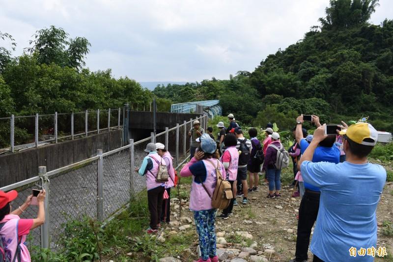 學員觀賞兼具灌溉與補注地下水脈功能的斗六大圳。(記者林國賢攝)