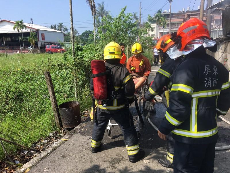 消防人員搶救受困者。(翻攝畫面)
