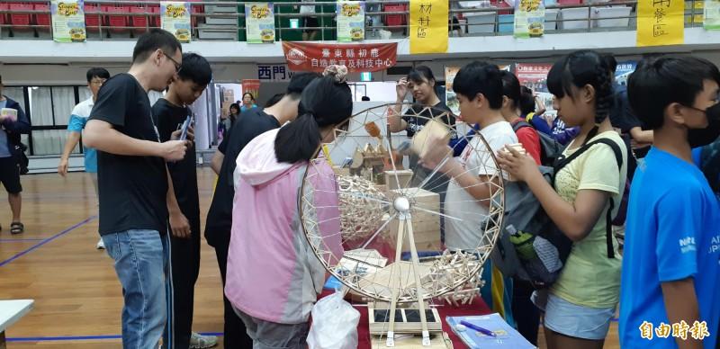 台東縣國民中小學科學展覽會設置趣味科學遊戲攤位供民眾闖關兌獎。(記者黃明堂攝)