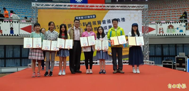 台東大學校長曾耀銘(左4)頒獎表揚科展得獎師生。(記者黃明堂攝)