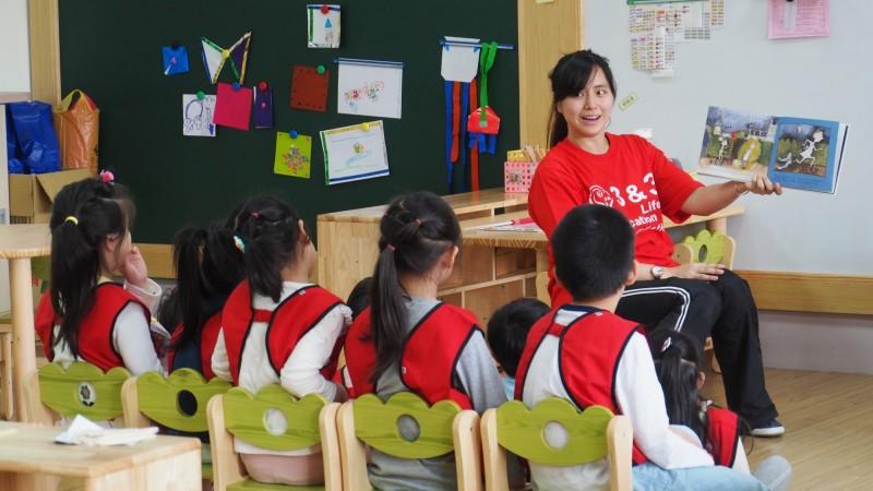 台北市教育局今年公立幼兒園招生抽籤作業,系統出錯大搞烏龍,有家長昨日在網路成功完成報到,沒想到接到北市教育局人員電話表示系統出錯。圖為公幼老師上課的情形。(台北市教育局提供)