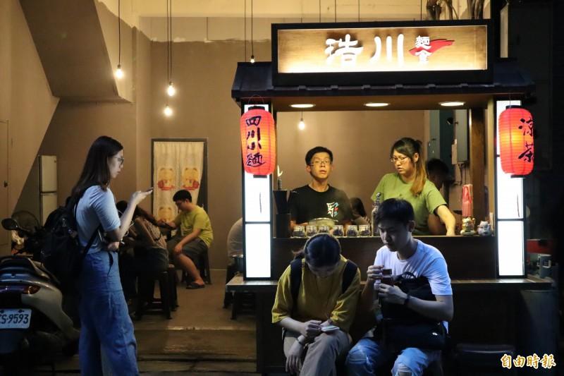 浩川麵食麻香帶勁的醬汁搭配有嚼勁的寬麵,吸引不少顧客聞香而來。(記者周湘芸攝)