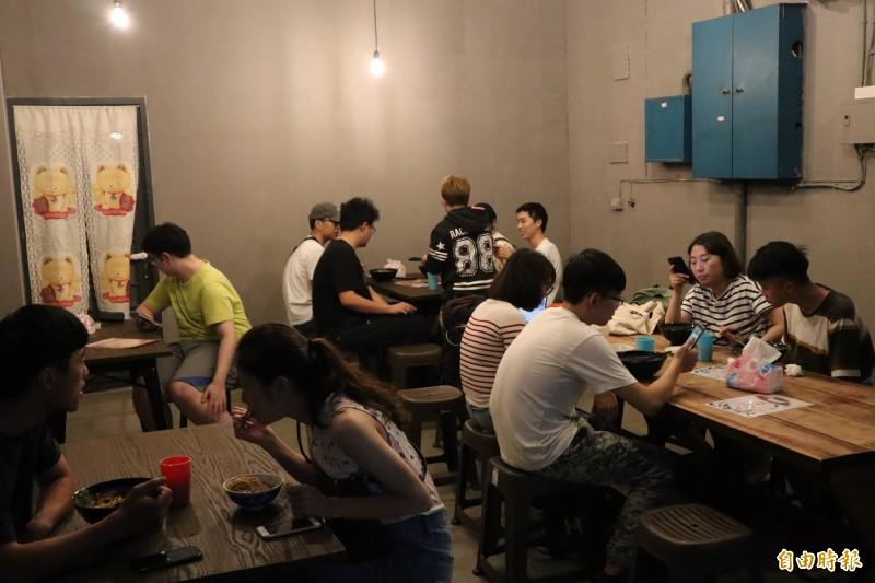 浩川麵食吸引不少老顧客追隨而來,尖峰時段小小店面經常座無虛席。(記者周湘芸攝)