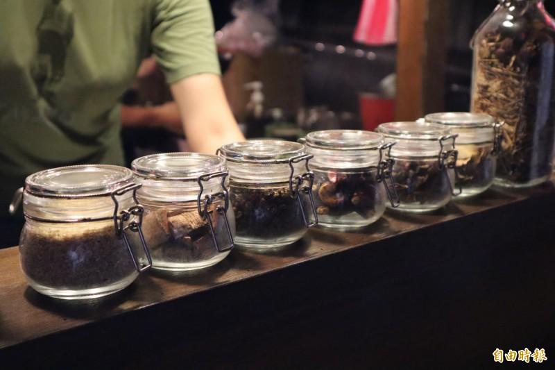 浩川麵食的醬汁由老闆陳星宇使用16種食材製成。(記者周湘芸攝)