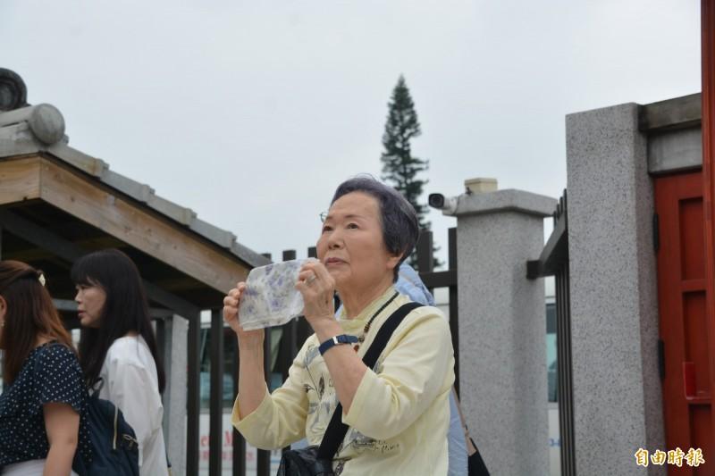 91歲今泉光子今受邀重返花蓮故居,她手裡握著83年前舊照回憶一景一物,一見房舍樣貌如故激動落淚,憶「90多年人生,最愉快的時光就在花蓮!」 (記者王峻祺攝)