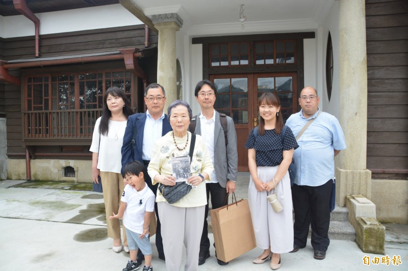 今泉光子今一家4代在台鐵及花蓮縣文化局人員的陪同下重回官邸,並在大門前連同老照片留影。(記者王峻祺攝)