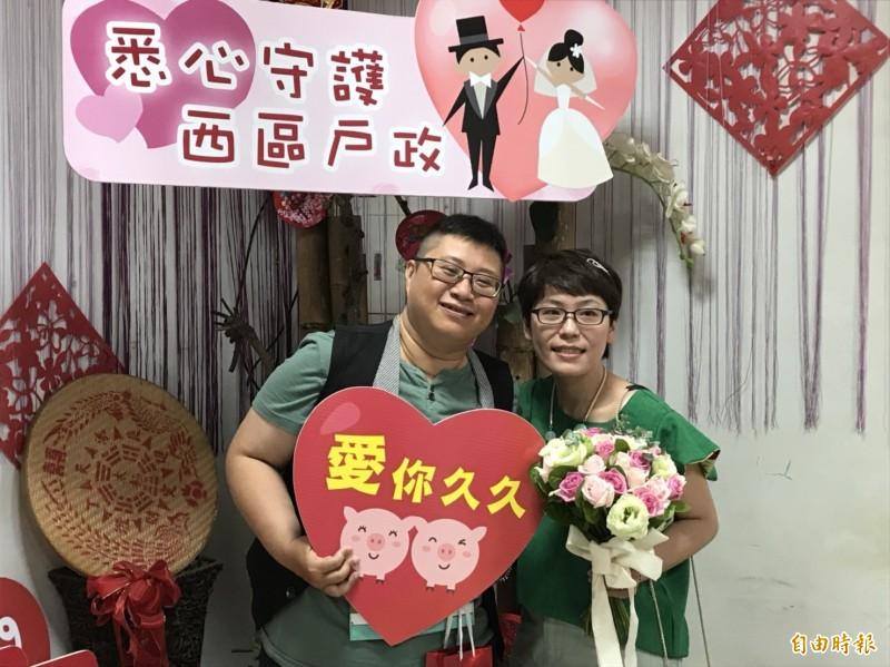 嘉義市同婚新人劉乃綺(左)、楊雅茨(右)完成結婚登記。(記者丁偉杰攝)