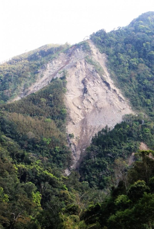 南庄301農路去年2月的坍塌面積達30公頃,道路完全中斷。(資料照,記者鄭名翔攝)