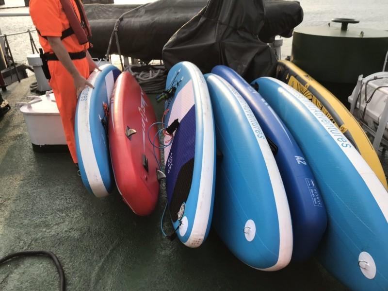 4男6女今天搭7艘站立式滑板在象鼻岩海域遊玩,體力不繼被洋流帶走,幸運被海關緝私艇發現載回。(記者林嘉東翻攝)