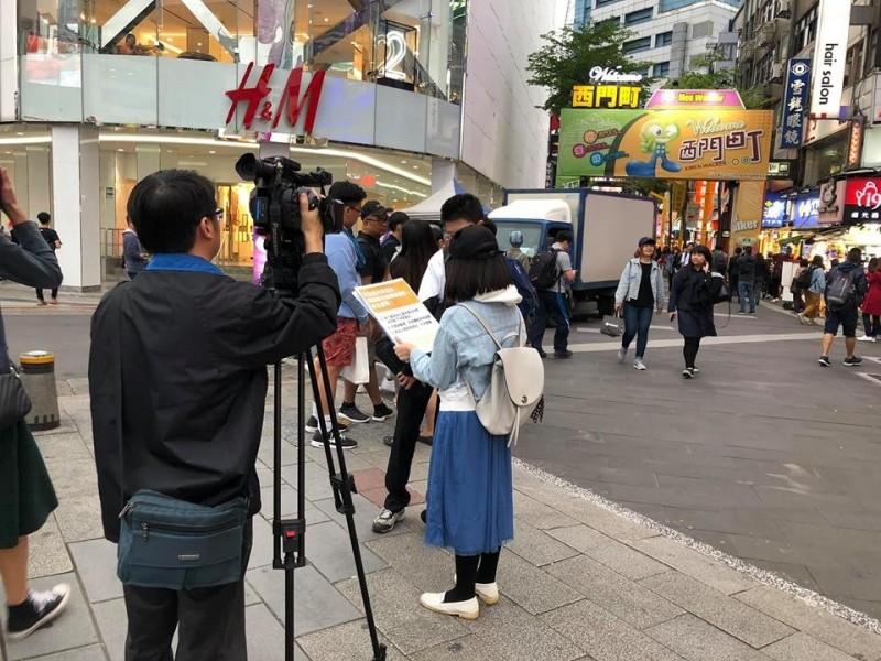 中國官媒「海峽衛視」並未獲我政府核准來台駐點採訪,不過,卻有民眾最近在台北西門町及台師大附近看見記者在路上街訪,並誘導民眾回答問題。(取自Chung Meng Hsuan臉書)