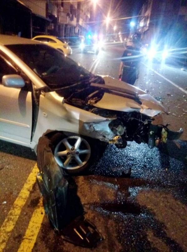 草屯郊區車禍車嚴重毀損,網友說駕駛座車窗玻璃有鬼臉,但到場協助處理的碧峰守望相助隊員說,那只是光影。(碧峰守望相助隊提供)