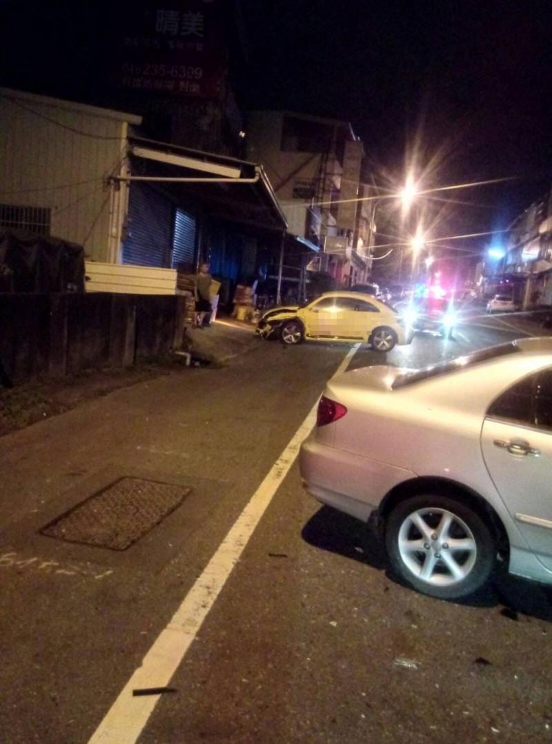 今天凌晨在草屯郊區發生的車禍,撞擊力大,兩車車頭都轉向。(碧峰守望相助隊提供)