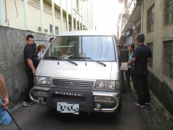台中專勤隊攔截廂型車,先留置12名印尼失聯女移工。(記者張瑞楨翻攝)