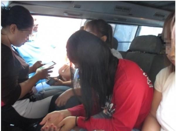 被查獲的印尼女移工一臉無奈,她們每天薪水1200元,得支付400元仲介費。(記者張瑞楨翻攝)
