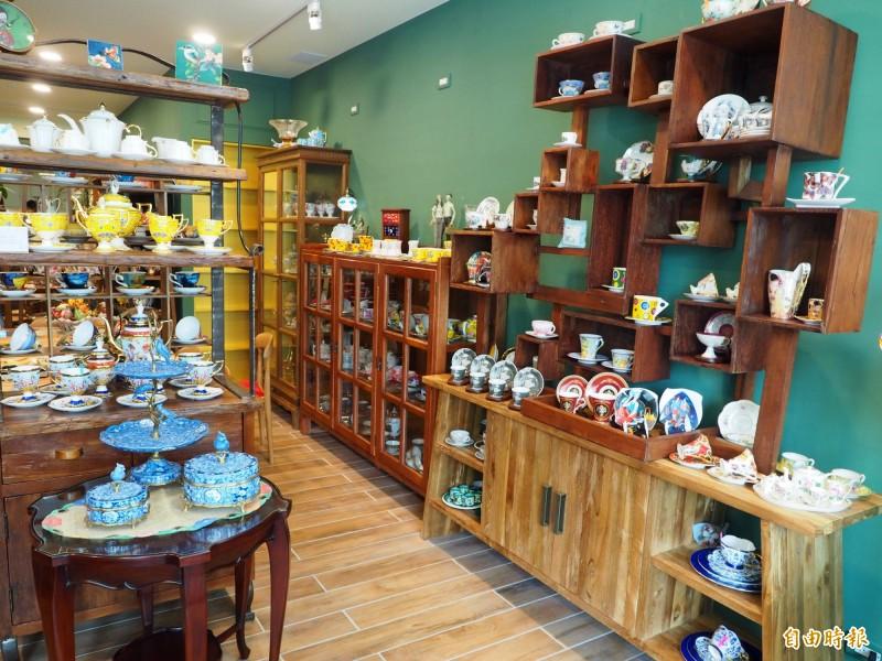 台灣首座咖啡杯博物館將設在草屯鎮,洪孟芬已在起家厝設工作室整理這杯組。(記者陳鳳麗攝)