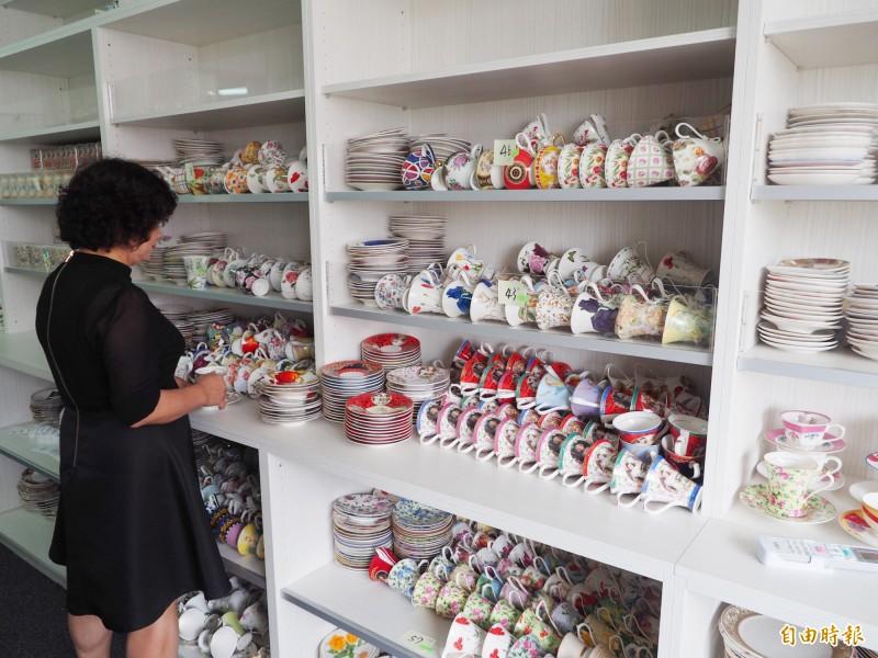 洪孟芬收集的杯子有數萬組,她自己都無法統計正確數字。(記者陳鳳麗攝)