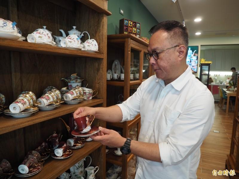 咖啡杯博物館總經理林子恆原本是五星級飯店主管,現在每天研究咖啡杯。(記者陳鳳麗攝)