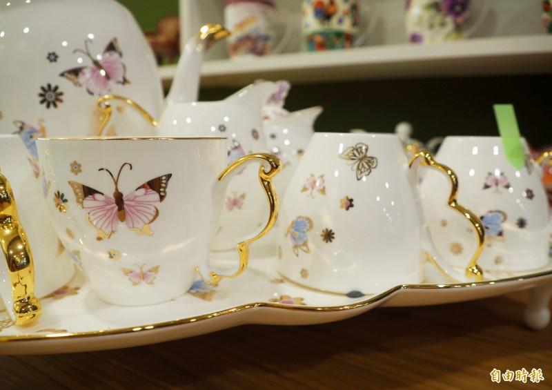 洪孟芬收集咖啡杯先看把手,像這組把手是蝴蝶翅膀。(記者陳鳳麗攝)