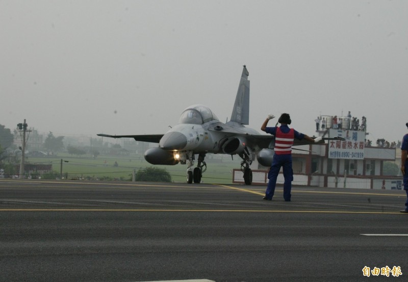 國道1號彰化戰備道戰機起降,一般民眾、軍事迷無法近距離接觸,都只能從兩側賞機與取景。(資料照)