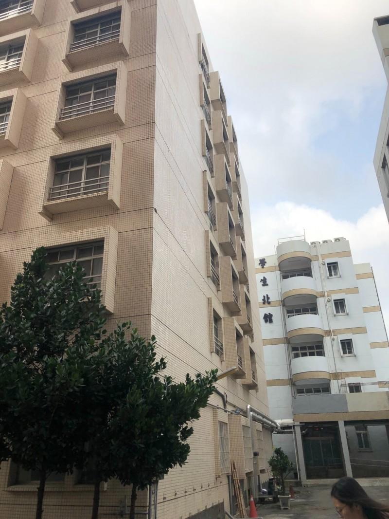 高醫大學生宿舍北棟(右)已40年歷史,B棟宿舍(左)也30年,校方預定年底拆除。(高醫大提供)