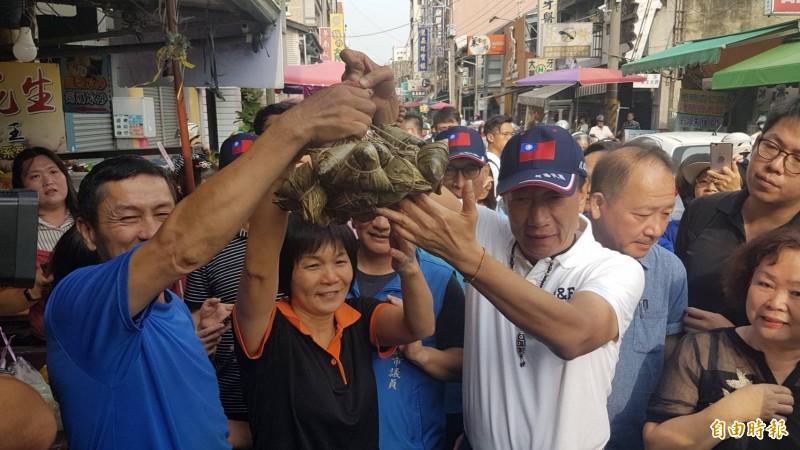 郭台銘深入嘉市東市場、共和市場等傳統市場,熱情攤商送上粽子祝他當選。(記者丁偉杰攝)